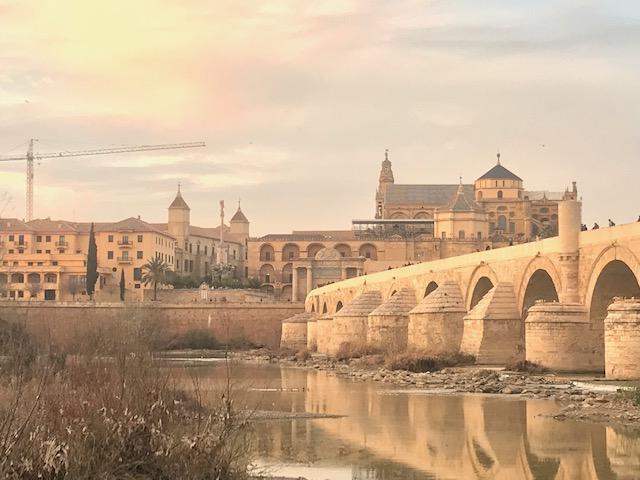 Vue de Cordoue de l'autre côté du Pont Romain